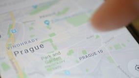 Gomel, Bielorrusia - mayo de 2018: Persona que usa un uso de Google Maps en el dispositivo de Android Mapa de Praga almacen de metraje de vídeo
