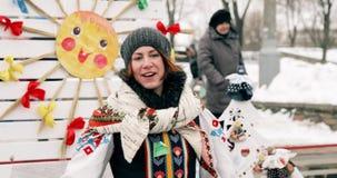 Gomel, Bielorrusia Muchacha de la mujer joven que se viste en el pañuelo popular nacional que agita su mano a la cámara durante l metrajes