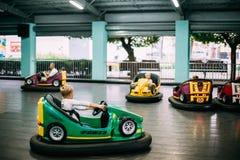 Gomel, Bielorrusia Niños que se divierten durante los coches eléctricos de la impulsión Foto de archivo libre de regalías
