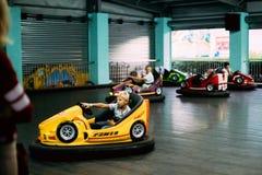 Gomel, Bielorrusia Niños que se divierten durante los coches eléctricos de la impulsión Fotografía de archivo