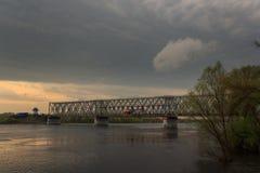 Gomel, Bielorrusia - puente ferroviario sobre el río en la puesta del sol foto de archivo libre de regalías