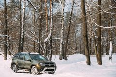 Gomel, Bielorrusia Renault Duster Or Dacia Duster Suv parqueó en Nevado Forest Duster Produced Jointly By francés foto de archivo