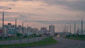GOMEL, BIELORRUSIA trafican tráfico auto en la carretera en la tarde