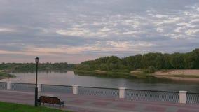 Gomel, nubes de Bielorrusia flota sobre el lago por la tarde