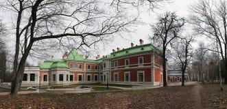 Gomel region, Zhlobin område, RÖD BANK för BY, Vitryssland - mars 16, 2016: Det Gatovsky säterit är en monument av slottarkitektu Arkivfoto