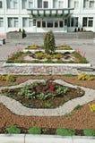 Gomel Vitryssland, AUGUSTI 22, 2006: Fasad av institutet av radiologi Blomma garneringen Arkivfoto