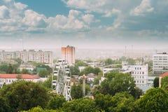Gomel Vitryssland Cityscape och arkitektur Bästa flyg- sikt av Ferris Wheel Among Green Trees kronor och den gamla sovjet Royaltyfri Fotografi