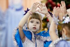 Gomel Vitryssland - DECEMBER 20, 2017: Ferie för ` s för nytt år för barn i dagis Barn 4 - 5 år Royaltyfri Fotografi