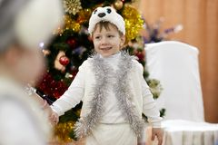 Gomel Vitryssland - DECEMBER 20, 2017: Ferie för ` s för nytt år för barn i dagis Barn 4 - 5 år Arkivfoton