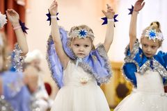 Gomel Vitryssland - DECEMBER 20, 2017: Ferie för ` s för nytt år för barn i dagis Barn 4 - 5 år Royaltyfri Foto
