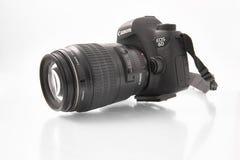 Gomel Vitryssland - FEBRUARI 22, 2018: Avspegla den digitala kameran CANON 6D med mm för makrolins 100 Royaltyfri Bild