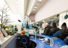 Gomel Vitryssland - JANUARI 24, 2018: Folket i linje på mottagandeskrivbordet i Beltelecom på Lenin kvadrerar Arkivfoton