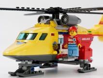 GOMEL VITRYSSLAND - JANUARI 4, 2019: LEGO-formgivare hjältelivräddare på en vit bakgrund arkivbilder