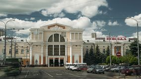 Gomel Vitryssland - Juni 6, 2018: Järnvägsstationbyggnad i Sunny Summer Day arkivfilmer
