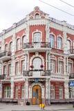 Gomel Vitryssland, MAJ 18, 2010: Den gamla byggnaden med härlig arkitektur på tvärgatorna av gatan av Communards och sovjet Royaltyfri Bild