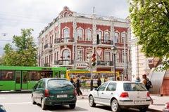 Gomel Vitryssland, MAJ 18, 2010: Den gamla byggnaden med härlig arkitektur på tvärgatorna av gatan av Communards och sovjet Royaltyfria Foton