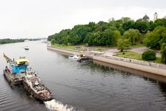 Gomel Vitryssland, MAJ 18, 2010: Kajen Floddomstolen fortskrider floden Sozh Royaltyfri Bild