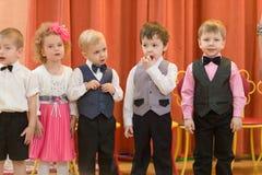 Gomel Vitryssland - mars 2, 2017: en stor festkonsert i dagiset som är hängivet till tillfället av mars 8 Royaltyfri Fotografi
