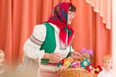 Gomel Vitryssland - mars 2, 2017: en stor festkonsert i dagiset som är hängivet till tillfället av mars 8 Royaltyfri Bild