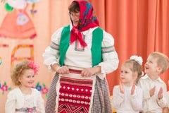 Gomel Vitryssland - mars 2, 2017: en stor festkonsert i dagiset som är hängivet till tillfället av mars 8 Arkivbilder