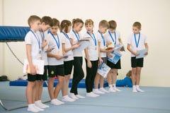 GOMEL VITRYSSLAND - 25 November 2017: Fristilkonkurrenser bland unga män och kvinnor i 2005-2007 I programmet, trampolinen och Ge Arkivfoton