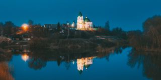 Gomel Vitryssland Panorama av kyrkan av St Nicholas The Wonderworker In Lighting på afton- eller nattbelysning royaltyfri fotografi