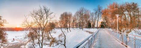 Gomel Vitryssland Solen som stiger över stad, parkerar på vintermorgonen i Gomel royaltyfri fotografi
