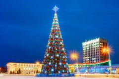 Gomel Vitryssland Xmas-julgran i den Lenin fyrkanten på aftonen arkivbild