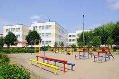 Gomel, Weißrussland, am 9. August 2010: Der Kind-` s Spielplatz im Hof eines Apartmenthauses Stockfotos