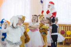Gomel, Weißrussland - 22. Dezember 2016: Neues Jahr ` s Feiertag für Kinder im Kindergarten Kinder 3 - 4 Jahre Stockfotografie