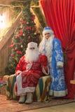 Gomel, Weißrussland - 25. Dezember 2016: ` S Kinder des neuen Jahres Partei am Wohnsitz von Santa Claus Ded Moroz und Snegurochka Stockfoto