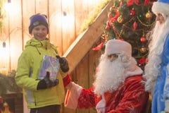 Gomel, Weißrussland - 25. Dezember 2016: ` S Kinder des neuen Jahres Partei am Wohnsitz von Santa Claus Ded Moroz und Snegurochka Stockfotografie