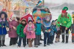 Gomel, Weißrussland - 25. Dezember 2016: ` S Kinder des neuen Jahres Partei am Wohnsitz von Santa Claus Kinder, die draußen im Wi Stockbilder