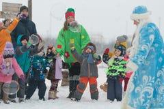 Gomel, Weißrussland - 25. Dezember 2016: ` S Kinder des neuen Jahres Partei am Wohnsitz von Santa Claus Kinder, die draußen im Wi Stockfotografie