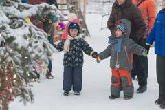 Gomel, Weißrussland - 25. Dezember 2016: ` S Kinder des neuen Jahres Partei am Wohnsitz von Santa Claus Kinder, die draußen im Wi Lizenzfreies Stockbild