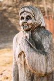 Gomel, Weißrussland Hölzerne Statue in der Form einer alten älteren Frau herein Stockbild