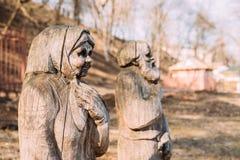 Gomel, Weißrussland Hölzerne Statuen in der Form einer alten älteren Frau A Lizenzfreie Stockfotos