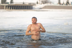 Gomel, Weißrussland - 19. Januar 2017: Baden in den orthodoxen Leuten des Lochs auf Feiertag Taufe von Christus Stockbilder