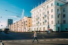 Gomel, Weißrussland Junge Frau, die in Lenin-Allee in Sunny Summer Day geht Lizenzfreie Stockfotografie