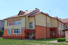 Gomel, Weißrussland - 3. Juni 2015: Neuer Kindergarten geöffnet im Landwirtschafts-stadtrot lizenzfreie stockfotografie
