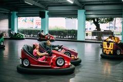 Gomel, Weißrussland Kinder, die Spaß während der Antriebs-Elektroautos haben Stockfoto