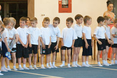Gomel, Weißrussland - 21. Mai 2012: Der Wettbewerb unter den Jungen im Jahre 2006-2007 in der Gymnastik Disziplin - allgemeines k Lizenzfreies Stockbild