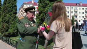 Gomel, Weißrussland - 9. Mai 2018: Glückwunsch des Veterans auf Victory Parade stock video