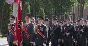 Gomel, Weißrussland - 9. Mai 2018: Miliz-oder Polizei-Mann-Teilnehmer bereiten sich für die Parade während des Feier-Sieges vor stock footage
