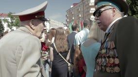 Gomel, Weißrussland - 9. Mai 2018: Zeremonielle Prozession der Parade Militär- und Zivilleute auf dem festlichen verziert stock video footage