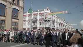 Gomel, Weißrussland - 9. Mai 2018: Zeremonielle Prozession der Parade Militär- und Zivilleute auf dem festlichen verziert stock video