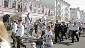 Gomel, Weißrussland - 9. Mai 2018: Zeremonielle Prozession der Parade Militär- und Zivilleute auf dem festlichen verziert stock footage