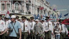 Gomel, Weißrussland - 9. Mai 2018: Zeremonielle Prozession der Parade Unsterbliche Regiment-Aktion März an der Parade-Prozession  stock video footage