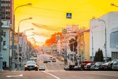 Gomel, Weißrussland Verkehr auf Lenin-Allee auf dem Sonnenuntergang Ansicht der Stadtmitte-Straße Lizenzfreie Stockfotografie