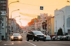 Gomel, Weißrussland Verkehr auf Lenin-Allee auf gelbem Sonnenuntergang mit dem Bewegen Stockbilder